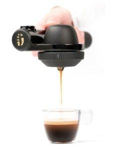 Tasse unter das Gerät stellen. Nach 2-3 Sekunden Wartezeit dürfen Sie den Bezugsknopf drücken